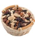 Košík s ořechy a ovocem